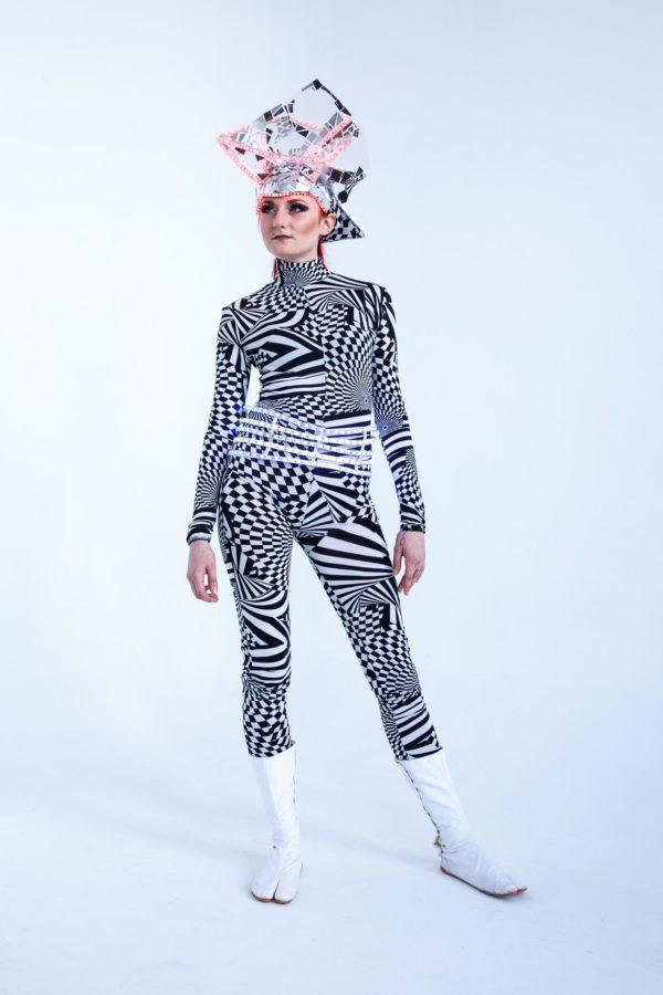 Чёрно-белый комбинезон с маской №1